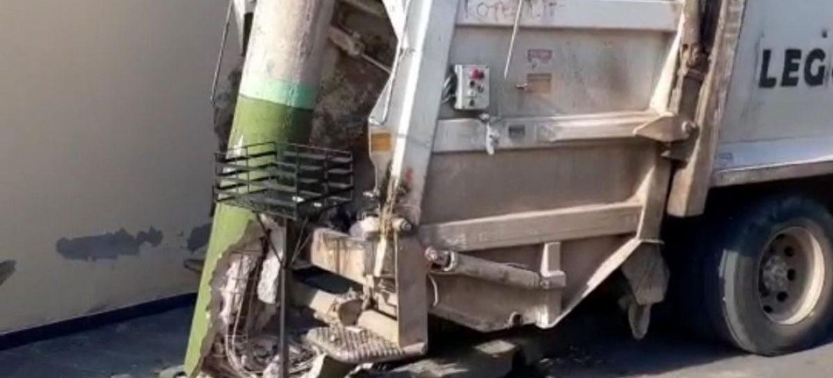 Camión recolector sin frenos terminó chocando con un poste