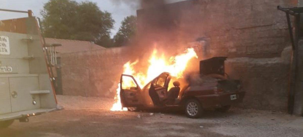 Auto se incendió en una playa de estacionamiento