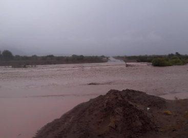 Guandacol incomunicado por la crecida de un río