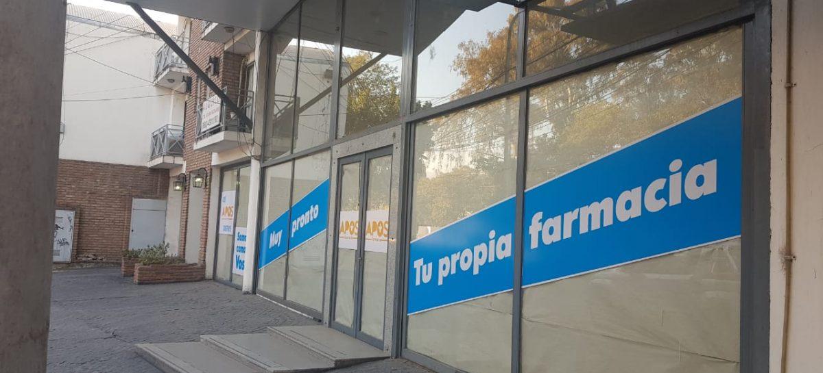 LA FARMACIA DE APOS AÚN NO ABRIÓ Y YA GENERA POLÉMICA