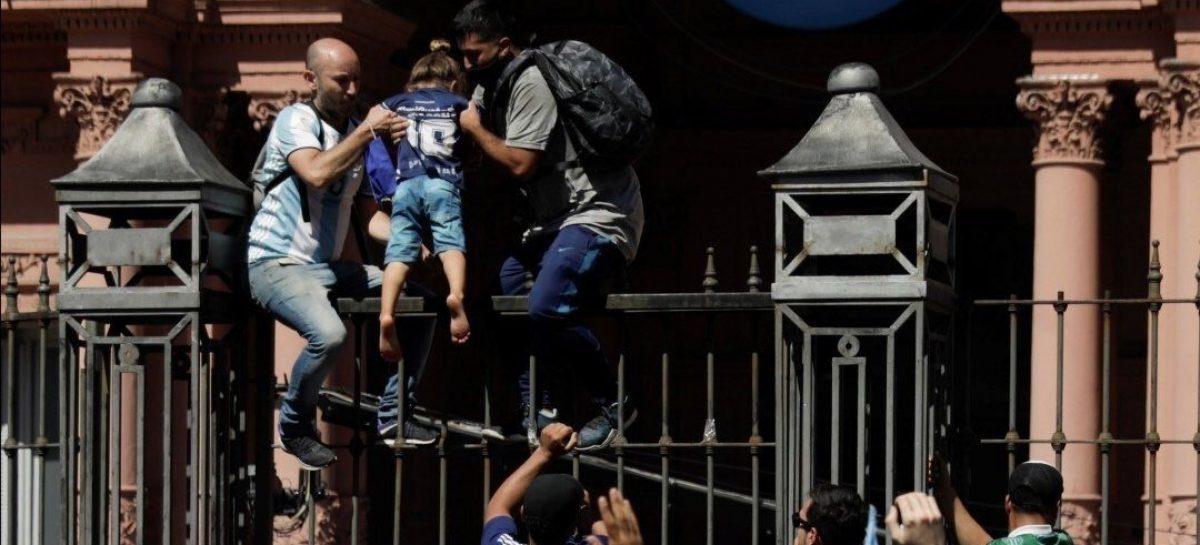 TRISTE. INCIDENTES EN EL VELORIO DE MARADONA EN CASA ROSADA