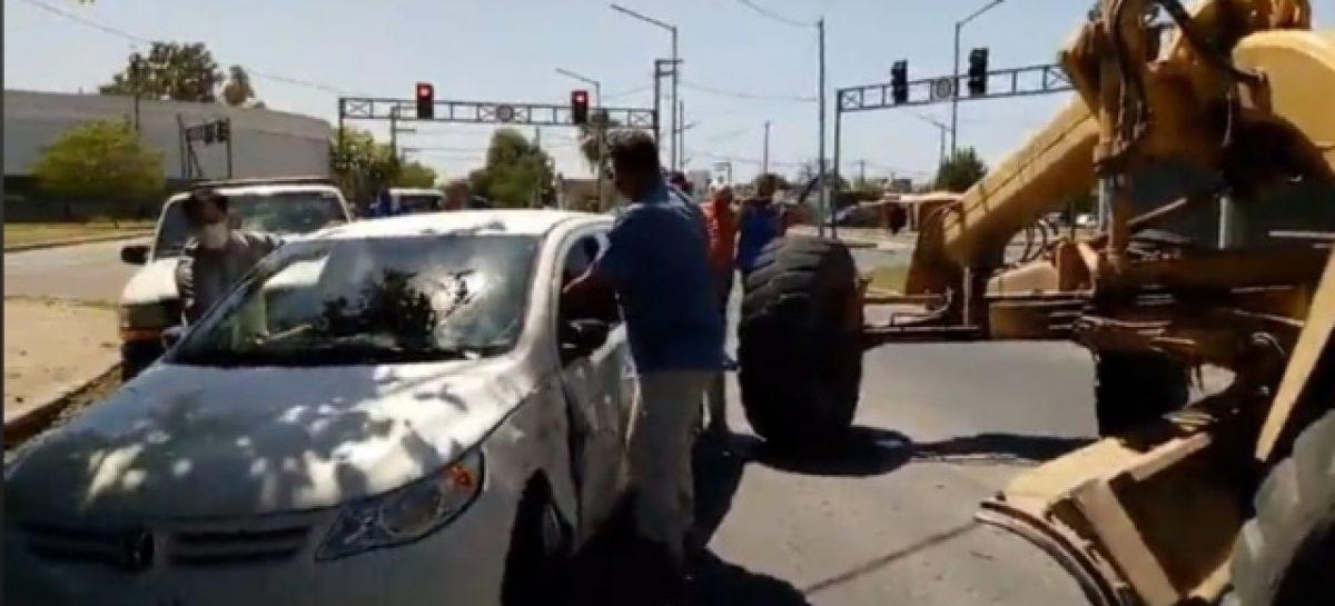 MAQUINA DE VIALIDAD SE QUEDÓ SIN FRENOS E IMPACTÓ CONTRA UN AUTO