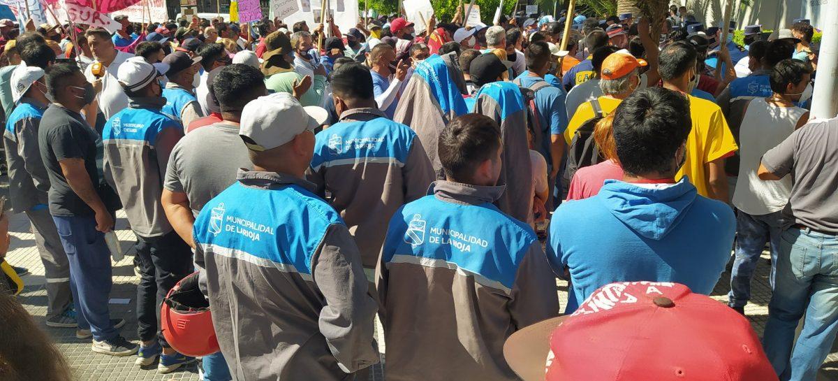 GREMIOS DISIDENTES Y MUNICIPALES PROTESTARON EN LA 'CASA DE LAS TEJAS'